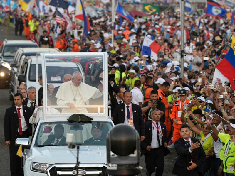 """Il Papa ai giovani: """"Abbiate uno sguardo attento, lasciatevi toccare dal dolore altrui e fatevi sentire"""""""